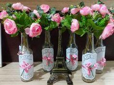 decor mesa tainara amandoeinventando                                                                                                                                                                                 Mais Flowers In Jars, Table Flowers, Diy Bottle, Wine Bottle Crafts, Diy Y Manualidades, Bridal Shower, Baby Shower, Wedding Decorations, Table Decorations