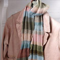 Strik dette skønne plissétørklæde i flotte farver. Du kan også strikke tørklædet med dine gamle garnrester.