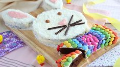 Turn some regular brownies into a cute rabbit for Easter, or any other occasion. - Recipe Dessert : Bunny cake by PetitChef_Official Chocolate Coconut Cookies, White Chocolate Ganache, Chocolate Brownies, Easter Recipes, Dessert Recipes, Desserts, Pink Food Coloring, Rabbit Cake, Cookies And Cream