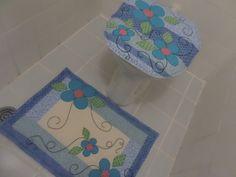Jogo de Banheiro com duas peças: tampa para o vaso e tapete retangular. Confeccionados com tecidos 100% de algodão. Tapetes para decoração não tem antiderrapantes.
