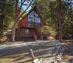 Fabulous 3 bedroom/3 bathroom home in Lake Arrowhead, CA, sleeps 10 and caters to all your needs!