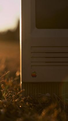 1984 Macintosh in Grass iPhone 6 Wallpaper. Iphone 5 Wallpaper, Lock Screen Wallpaper, Cool Wallpaper, Amazing Hd Wallpapers, Wallpapers En Hd, Technology Wallpaper, Retina Display, Apple Products, New Iphone