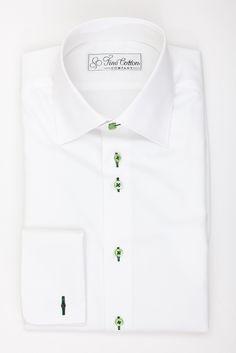 """Ein weißes Hemd ist nicht freizeittauglich? Zu langweilig? Von wegen! Unser Premium-Stoff Bovelino kombiniert mit hellgrünen Knöpfen und waldgrünem Garn zeigt, dass man mit dezenten Kontrasten an den richtigen Stellen interessante Akzente setzen kann. Und da Weiß bekanntlich immer auch festlich ist, kann man sich mit diesem Hemd auch auf Sommerfesten blicken lassen, ohne """"underdressed"""" zu sein."""