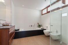 Una casa de estilo mediterráneo abierta al mar #hogarhabitissimo #baño