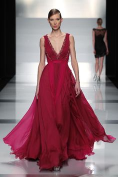 Tony Ward Couture S/S 2013 - gorgeous color and style. Would love to wear this to a black tie event. Style Couture, Couture Fashion, Runway Fashion, Tony Ward, Beauty And Fashion, Red Fashion, Beautiful Gowns, Beautiful Outfits, Collection Couture