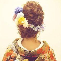 《白無垢》や《色打掛け》などの和装姿をふんわり可愛らしく演出したいのであれば、大ブームのお花を飾った 「洋髪」 がオススメ♪  インスタから、タイプ別・全30枚のヘアアレンジ画像を集めたので、ぜひチェックしてみてください☆ Wedding Party Hair, Hairdo Wedding, Wedding Hair And Makeup, Bridal Hair, Hair Makeup, Wedding Tips, Party Hairstyles, Braided Hairstyles, Wedding Hairstyles