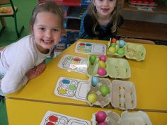 Eikartonnen met gekleurde eieren