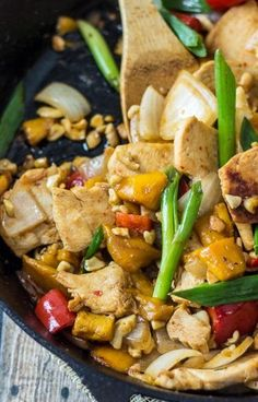 Thai Mango Chicken Stir Fry - the best of Thai takeout, made at home! Asian Recipes, Healthy Recipes, Oriental Recipes, Oriental Food, Asian Foods, Skinny Recipes, Healthy Meals, Stir Fry Recipes, Cooking Recipes