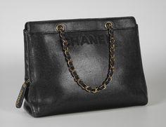 Chanel Auktion Lot 91: Chanel Black Caviar Leather Handbag um 1996/97, schwarze Handtasche aus sogen. Kaviar-Leder, 30 x 23,5 x 9,5 cm. Mehr Information auf der Website.