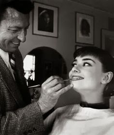 """Alberto de Rossi was Audrey's makeup man throughout her career. Alberto is the one who created the legendary """"Audrey Hepburn eyes,"""" in a slow process of applying mascara and then separating each eyelash with a safety pin. """"I remember her saying when. Vintage Hollywood, Golden Age Of Hollywood, Hollywood Glamour, Hollywood Images, Divas, Viejo Hollywood, Audrey Hepburn Born, My Sun And Stars, Fair Lady"""