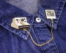 Sweet Dreams Polaroid Collar Pins // Hard Enamel Lapel Pins with Chain Collar Chain, Collar Clips, Jacket Pins, Vetement Fashion, Cool Pins, Pin And Patches, Hard Enamel Pin, Metal Pins, Up Girl