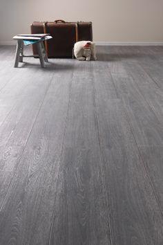KARWEI | Met een V-groef en een natuurgetrouwe houtstructuur heeft deze laminaatvloer een authentiek uiterlijk #vloeren #wooninspiratie #karwei