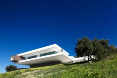 Villa Escarpa is a stunning Bauhaus style home in Algarve; a testament to Mario Martin Atelier& expertise in designing contemporary Portuguese homes. Architecture Design, Residential Architecture, Contemporary Architecture, Amazing Architecture, Building Architecture, Modern Contemporary, Mario Martin, Bauhaus Style, Exterior Design