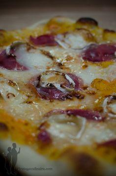 Pizza au chèvre et au magret de canard fumé, arrosée de miel | Piratage Culinaire