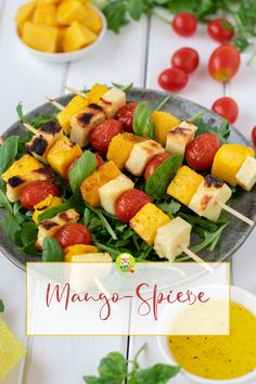 Recipe for mango and cheese skewers for grilling and arugula salad. in a fine marinade that you can also use for the salad. A great fruity and hearty-spicy alternative to meat. Here I combined the man Healthy Chicken Recipes, Vegetable Recipes, Vegetarian Recipes, Healthy Food, Salat Al Fajr, Tomate Cocktail, Rocket Salad, Skewers, Chicken Salad