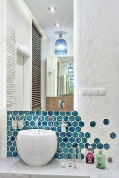 <p>Właściciele chcieli, by<strong> aranżacja łazienki </strong>kojarzyła się z wakacjami. Mimo że w wystroju łazienki dominują stonowane kolory, dużo się tu dzieje. Na ścianie z lustrem ciekawe efekty daje tynk strukturalny i turkusowe płytki heksagonalne w kształcie plastrów miodu, które przeżywają obecnie swój wielki renesans. We wszystkich kolorach i odcieniach płytki heksagonalne to nowy trend w aranżacji <strong>łazienki</strong>. Zainspiruj się i poznaj KOSZTORYS aranżacji łazienki ...