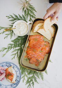 Voici une recette de gravlax de saumon qui fera fureur lors de vos réceptions des fêtes. Avec la petite sauce aux cornichons sucrés, c'est absolument divin.