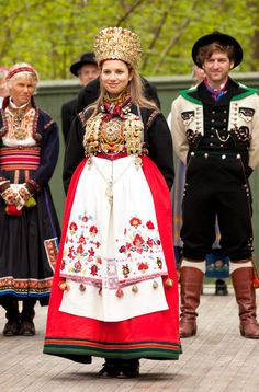 Traditional wedding dresses for bride and groom, In Norway the bride traditionally wore a crown. Usually made from silver or brass Traditional Fashion, Traditional Outfits, Costumes Around The World, Wedding Costumes, Traditional Wedding Dresses, Ethnic Dress, Folk Costume, Ethnic Fashion, Headdress