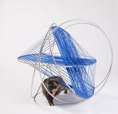 Casas de gatos com design - Fios de tecido e aneis metálicos criam redes para os gatos no projeto do escritório DSH Architecture
