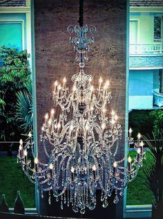 Lustre Santorini 45 braços, fabricado por Mundo das Luminárias. Ambientado na sala de estar de residência no litoral gaúcho. | Foto: Lauro Grivot.