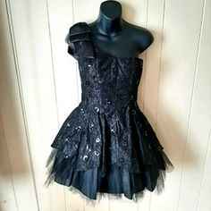 A beautiful dress featuring one shoulder design with big ribbon 🎀, floral lace with sequins, size 3/4, good for formal and party occasions, prom, wedding, pageant event. In excellent condition #dresses#oneshoulderdresses#gown#party#wedding#prom
