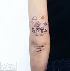 Voice of childhood in tattoos by Ahmet Cambaz Tatoueur Ahmet Cambaz, auteur léger, tatouage minialiste Mutterschaft Tattoos, Mommy Tattoos, Baby Tattoos, Family Tattoos, Sister Tattoos, Mini Tattoos, Body Art Tattoos, Tattos, Mother Tattoos