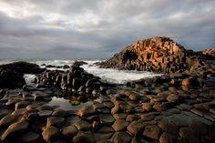 giant's causeway irelandes. Desconcertante formación geológica de la Huella del gigante.