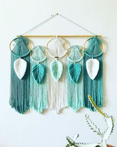 No photo description available. Diy Home Crafts, Diy Crafts To Sell, Yarn Crafts, Arts And Crafts, Macrame Design, Macrame Art, Macrame Projects, Macrame Knots, Macrame Wall Hanging Patterns