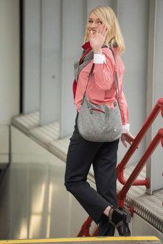 Crossbody Tasche: Handtasche aus österreichischem Loden (100% Merinowolle )und mit Details in farbigem Leder. Passend für Business und Freizeit. Passend zum modernen Outfit und zu Tracht und Dirndl. Handbag made from Austrian loden, 100% merinowool, details from leather. Bag, Crossbody Bag, suitable for business and leisure. Fitting for modern outfit and traditional clothes like Dirndl. #crossbodybag #shoulderbag #sustainablefashion Novelty Gifts For Men, Gifts For Boss, Gifts For Women, Moderne Outfits, Coffee Wine, Watch Model, Cross Body Handbags, Bag Making, Ankle Booties