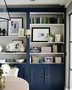 In this city townhouse, to add a focal point in the dining area, the team designed a bespoke bookcase to fit effortlessly into the space. Bookcase Styling, Built In Bookcase, Painted Bookcases, Painted Built Ins, Classic Bookshelves, Blue Bookshelves, Interior Desing, Interior Architecture, Country Interior Design