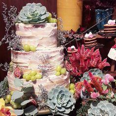 E a paixão por suculentas foi parar nos casamentos! Amanhã entra no ar post com minha visão do evento @eventocasar e ideias criativas que vi por lá! #colavisita #casarsp2016 #casamento #suculentas #mesadobolo #nakedcake
