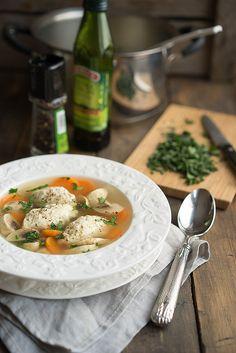 Насколько прост этот суп в приготовлении, настолько же он потрясающе вкусный в итоге. Вообще не требуется никаких сложных действий, но вкус невероятный. В этом рецепте вся фишка в кнелях. Кне́ли (от фр. quenelle) — блюдо в виде шариков (также яйцевидной, или, во французской традиции, продолговатой формы) из молотой рыбы, взбитой со сливками и яйцом. Кнели...