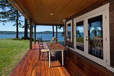 FarmHouse Design Ideas for Cabin Decks and Porches - Creative Project ideas Waterfront Cottage, Waterfront Homes, Cabin Design, Deck Design, Cottage Design, Cabin Decks, Log Cabins, Outdoor Deck Decorating, Contemporary Cabin