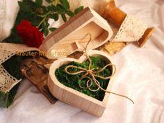Onlineshop Kräuter-Manufaktur - Karin Bleil - Herz-Schatulle aus Holz gefüllt mit Moos, Ringkissen mal anders