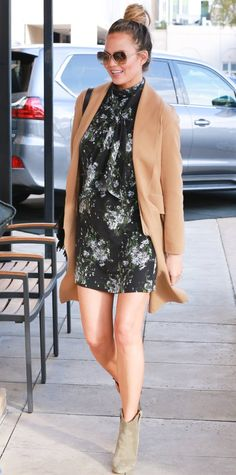 Chrissy Teigen proved that a floral mini and ankle boots make a perfect pair. Chrissy Teigen proved that a floral mini and ankle boots make a perfect pair. How To Wear Ankle Boots, Ankle Boots Dress, Dress With Boots, Booties Outfit, Ankle Booties, Knee Boots, Classy Street Style, Street Style Looks, Street Chic
