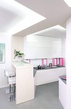 SZKŁO + NAKLEJKI. Kuchnia utrzymana w bieli i szarości mogłaby się wydawać zbyt sterylna i monotonna. Zapobiegły temu różowe naklejki, którymi ozdobiona tafle białego szkła lacobel na ścianie. Naklejki nie utrudniają czyszczenia ściany, a jak się znudzą, można je łatwo odkleić. Loft, Furniture, Kitchen Ideas, Design, Home Decor, Houses, Homemade Home Decor, Lofts, Home Furnishings