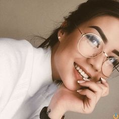 Eyewear has so many different trends! If you're looking to update your eyewear, then we've compiled our favourite glasses trends that are so hot this year! Glasses Frames Trendy, Cute Glasses, Girls With Glasses, Circle Glasses Frames, Glasses Outfit, Glasses Man, Hipster Glasses, Glasses Trends, Lunette Style