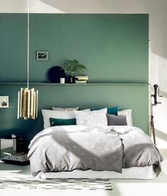 Vedenvihreä makuuhuone harmailla tekstiileillä