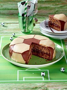 Kindergeburtstagskuchen: Fußball Schokoladen Torte  Zutaten (12 Stücke)  200 g gemahlene Haselnüsse, 4 Eier, 1 Prise Salz, 1 Päckchen Vanillin-Zucker, 125 g Zucker, 15 g Speisestärke, 1 TL Backpulver, 250 g Nuss-Nougat-Aufstrich, 1 Rolle (300 g) Marzipan-Decke, 100 g Vollmilch-Schokolade, Backpapier, Einmal-Spritzbeutel