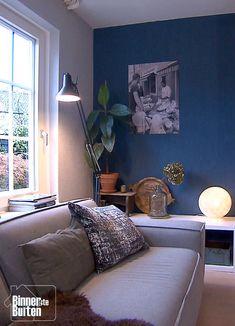 Stoere 2-onder-1kapwoning van Natasja en Harald | Blauwe zithoek met vintage poster | BinnensteBuiten KRO-NCRV