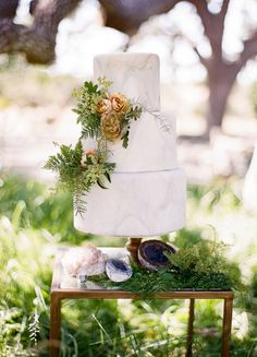 marble wedding cake @weddingchicks