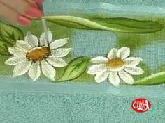 Lucimar Madeira ensina a pintar um tulipa e uma margarida  em uma toalha...