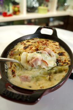Γεμιστό φιλέτο κοτόπουλου με μανιτάρια και γραβιέρα Τορτελίνι με αρακά και προσούτο   Πράσα στον φούρνο με ζαμπόν και τυριά Κέικ με κρέμα σοκολάτα Potato Salad, Potatoes, Pasta, Ethnic Recipes, Food, Potato, Essen, Meals, Yemek