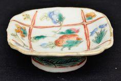 Companhia das Índias, saleiro em porcelana chinesa medindo 3 cm de altura por 9 cm por 9 cm.