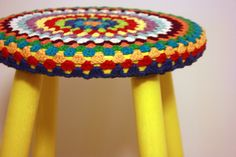 Use up cotton yarn on kitchen stools. Crochet Home, Free Crochet, Knit Crochet, Crochet Cushions, Yarn Bombing, Craft Work, Yarn Crafts, Sewing Projects, Crafty