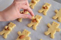 Almond hugging bear cookies - Galletas de ositos abrazando almendras Bear Cookies, Santa Cookies, Gingerbread Man, Gingerbread Cookies, Christmas Biscuits, Christmas Teddy Bear, Dessert Recipes, Desserts, Shortbread