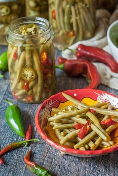 These spicy pickled green beans are my new obsession. Crunchy refrigerated pickled green beans that are both spicy and sweet and a nice low carb snack. Good Green Bean Recipe, Delicious Green Beans, Green Bean Recipes, Parmesan Green Beans, Green Beans With Bacon, Green Beans And Potatoes, Spicy Pickled Beans, Pickled Green Beans, Appetizer Recipes