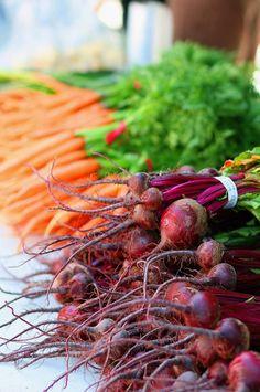Betteraves et carottes. Beets and carrots. Fresh Fruits And Vegetables, Root Vegetables, Fruit And Veg, Growing Vegetables, Ratatouille, Mojito, Fruit Love, Fresh Beets, C'est Bon