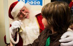 Papai Noel usa transporte público pra chegar em Shopping de SP