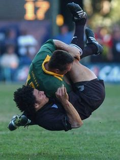 Springbok Werner Greeff dumps Doug Howlett off the ball, South Africa v New Zealand, Tri Nations, Kings Park, August 10 2002.